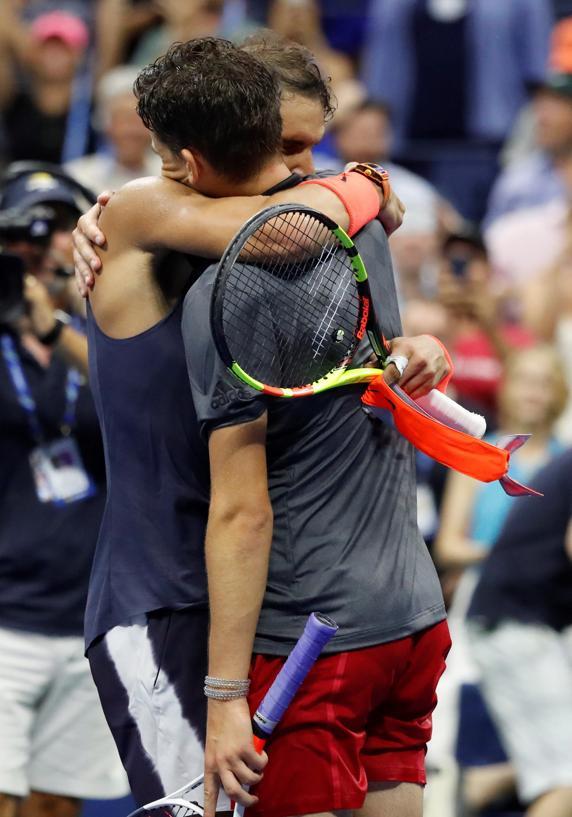 Rafa Nadal pasó al otro lado de la red para abrazarse a Dominic Thiem